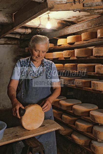 Europe/France/Midi-Pyrénées/09/Ariège/Env. de Castillon-en-Couserans/Ayet : Salage des fromages de bethmale en cave<br /> PHOTO D'ARCHIVES // ARCHIVAL IMAGES<br /> FRANCE 1980