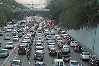 .SAO PAULO, SP, 10 MAIO 2013 - TRANSITO EM SAO PAULO - Transito engarrafado nesse inicio de noite na 23 de maio no sentido zona sul no viaduto Santa Generosa no Paraiso regiao central da cidade nessa sexta 10. (FOTO: LEVY RIBEIRO / BRAZIL PHOTO PRESS).