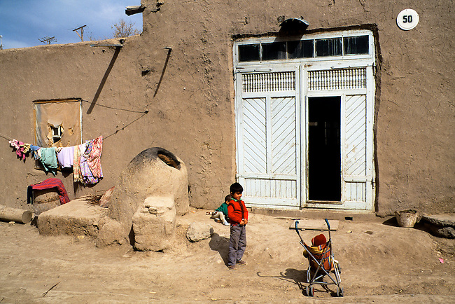 UZBEKISTAN, KHIVA, OLD TOWN, STREEET SCENE, CHILDREN PLAYING
