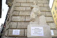 Roma, 4 Maggio 2012.Piazza Pasquino, la statua di Pasquino.Athos De Luca, Paolo Masini e Dario Nanni del PD Partito Democratico contro la privatizzazione dell'acqua voluta Alemanno mettono cartelli sulle antiche statue di Roma