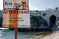 Castro Marina - Salento - Puglia - La zona operativa del porto, dove è anche vietata la balneazione, viene delimitata da un cartello di pericolo.