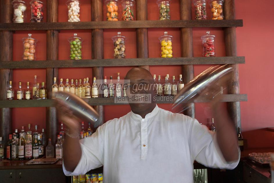France/DOM/Martinique/Le François: Hôtel Cap Est Lagoon Resort & Spa -  Barman du bar à rhum le Cohi Bar [Non destiné à un usage publicitaire - Not intended for an advertising use]