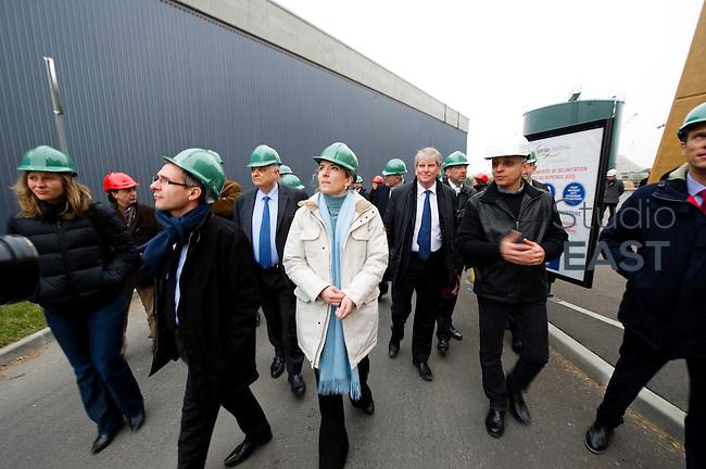 Mme Delphine Batho (centre, parka blanche), ministre de l'environnement et de l'énergie, visite la chaufferie biomasse de Stains en Seine-Saint-Denis, près de Paris, France, le 30 mars 2013. Photo : Lucas Schifres