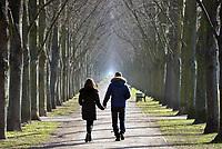 Junges Paar in Herrenhäuser Gaerten: EUROPA, DEUTSCHLAND, NIEDERSACHSEN, HANNOVER 02.03.2013 Junges Paar beim Spazieren  in den Herrenhaeuser Gaerten im Fruehjahr