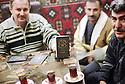 Irak 2000.Dans le souk d'Erbil, les vendeurs de faux passeports et de visas  pour l'Europe.  Iraq 2000.False passports dealing in Erbil's market