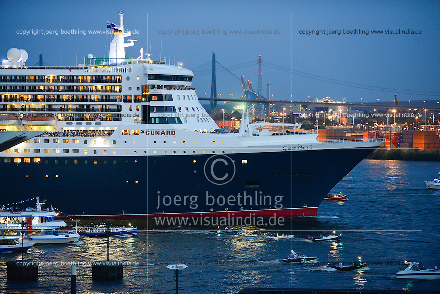 GERMANY Hamburg,  cruising ship Queen Mary II of Cunard line / DEUTSCHLAND Hamburg, Kreuzfahrtschiff Queen Mary II der Cunard line laeuft aus dem Hamburger Hafen aus