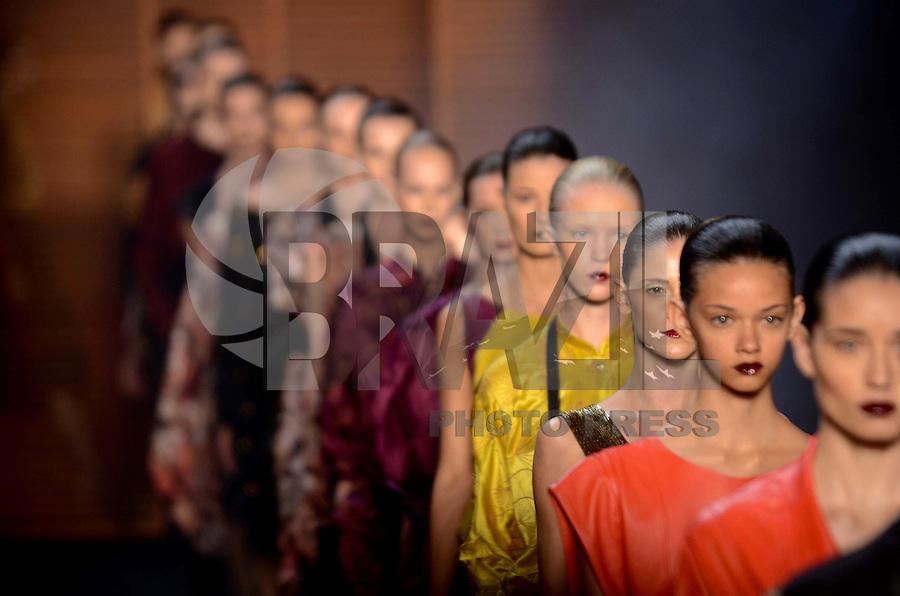 RIO DE JANEIRO, RJ, 10 DE JANEIRO 2012 - FASHION RIO - DESFILE GRIFE PATACHOU - Modelo durante desfile da grife Patachou no primeiro dia de desfiles da edição inverno 2012 do Fashion Rio, no Pier Mauá na cidade do Rio de Janeiro nesta terça-feira, 10. (FOTO: MAURO PIMENTEL - NEWS FREE).