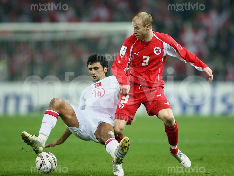 Fussball International WM Qualifikation Schweiz 2-0 Tuerkei Ludovic Magnin (SUI,re) gegen Slecuk Sahin (TUR)