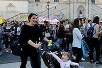 Roma,8 Aprile 2017<br /> Piazza del Campidoglio.<br /> Protesta delle educatrici degli asili nido convenzionati insieme a genitori e bambini contro la delibera   della Giùnta Raggi che pone per le famiglie la priorità di scelta sui nidi comunali.