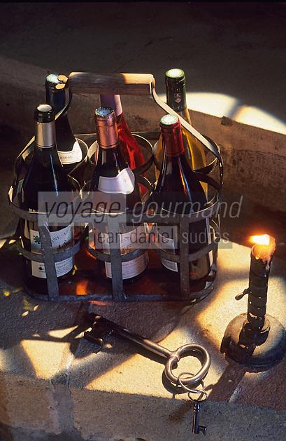 Europe/France/Centre/Indre-et-Loire/Vallée de la Loire : AOC vins de Touraine - Panier de bouteilles dans l'escalier de la cave