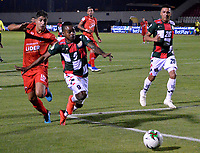 TUNJA-COLOMBIA, 29-01-2020: Edinson Palomino de Boyacá Chicó F. C., y Santiago Roa de Patriotas Boyacá F. C., disputan el balón durante partido entre Boyacá Chicó F. C. y Patriotas Boyacá F. C., de la fecha 2 por la Liga BetPlay DIMAYOR I 2020 en el estadio La Independencia en la ciudad de Tunja. / Edinson Palomino of Boyacá Chicó F. C., and Santiago Roa of Patriotas Boyacá F. C., figth the ball, during a match between Boyacá Chicó F. C. and Patriotas Boyacá F. C., of the 2nd date for the BetPlay DIMAYOR Leguaje I 2020 at La Independencia stadium in Tunja city. / Photo: VizzorImage / José Miguel Palencia / Cont.