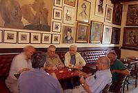 Europe/France/Languedoc-Roussillon/66/Pyrénées -Orientales/Collioure : Partie de cartes de vieux pécheurs catalans aux Templiers café  avec son impressionante collection de tableaux de maitres