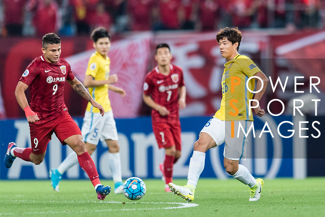 Jiangsu FC Defender Hong Jeongho (R) in action during the AFC Champions League 2017 Round of 16 match between Shanghai SIPG FC (CHN) vs Jiangsu FC (CHN) at the Shanghai Stadium on 24 May 2017 in Shanghai, China. Photo by Marcio Rodrigo Machado / Power Sport Images
