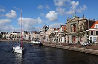 Het Spaarne in Haarlem. Rechts het Teylers Museum