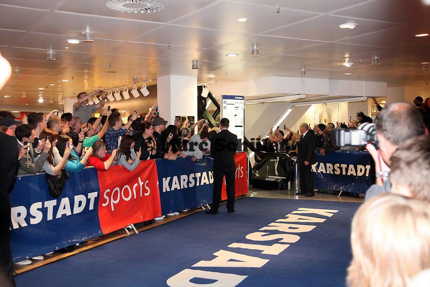 Besucher bei Karstadt Sport warten auf den Einlauf von Weltmeister Wladimir Klitschko (UKR)