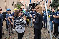 """Gefluechtete werden Auszubildende bei den Berliner Wasserbetrieben.<br /> Im Rahmen des sog. """"Horizonte""""-Projektes haben seit Jahresanfang sechs junge Gefluechtete aus Afghanistan, Aegypten, Aethiopien, Iran, Pakistan und Syrien gemeinsam mit sechs Berliner Jugendlichen als Sprachtandem ein Praktikum durchlaufen. Die Berliner Jugendlichen haben den Gefluechteten wesentlich beim erlernen der deutschen Sprache geholfen.<br /> Zehn Jugendliche beginnen im September Ausbildung eine Ausbildung bei den Berliner Wasserbetrieben.  <br /> Die Senatorin fuer Arbeit, Integration und Frauen, Dilek Kolat (links) und der Personalvorstaendin der Wasserbetriebe, Kerstin Oster (rechts), uebergaben den Jugendlichen am Freitag den 5. August 2016 bei einer kleinen Feier ihr Praktikumszertifikat und beglueckwunschten sie zu ihrem Ausbildungsplatz.<br /> 5.8.2016, Berlin<br /> Copyright: Christian-Ditsch.de<br /> [Inhaltsveraendernde Manipulation des Fotos nur nach ausdruecklicher Genehmigung des Fotografen. Vereinbarungen ueber Abtretung von Persoenlichkeitsrechten/Model Release der abgebildeten Person/Personen liegen nicht vor. NO MODEL RELEASE! Nur fuer Redaktionelle Zwecke. Don't publish without copyright Christian-Ditsch.de, Veroeffentlichung nur mit Fotografennennung, sowie gegen Honorar, MwSt. und Beleg. Konto: I N G - D i B a, IBAN DE58500105175400192269, BIC INGDDEFFXXX, Kontakt: post@christian-ditsch.de<br /> Bei der Bearbeitung der Dateiinformationen darf die Urheberkennzeichnung in den EXIF- und  IPTC-Daten nicht entfernt werden, diese sind in digitalen Medien nach §95c UrhG rechtlich geschuetzt. Der Urhebervermerk wird gemaess §13 UrhG verlangt.]"""