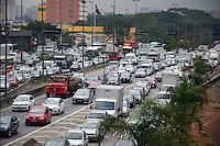 SÃO PAULO. SP. 02.06.2014 - TRANSITO - Devido a um gave acidente na Marginal Tiete na manhã desta segunda feira 02 motorista enfrenta um grande congestionamento na altura da ponte da Freguesia do Ó região norte.  ( Foto: Bruno Ulivieri / Brazil Photo Press )