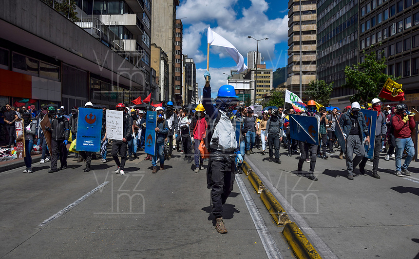BOGOTA - COLOMBIA, 04-12-2019: Miles de manifestantes salieron a las calles de Bogotá para unirse a la  jornada de paro Nacional en Colombia hoy, 4 de diciembre de 2019. La jornada Nacional es convocada para rechazar el mal gobierno y las decisiones que vulneran los derechos de los Colombianos. / Thousands of protesters took to the streets of Bogota to join the National Strike day in Colombia today, December 4, 2019. The National Strike is convened to reject bad government and decisions that violate the rights of Colombians. Photo: VizzorImage / Nicolas Aleman / Cont