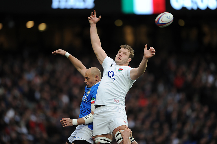 Joe Launchbury of England and Sergio Parisse (c) of Italy compete in the lineout during the Guinness Six Nations match between England and Italy at Twickenham Stadium on Saturday 9th March 2019 (Photo by Rob Munro/Stewart Communications)