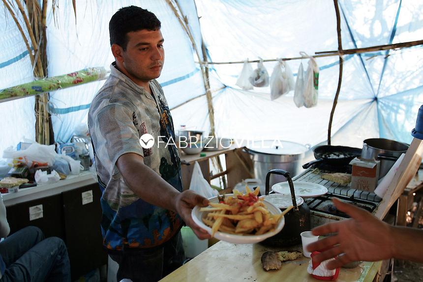 Immigrati vivono in un campo, all'ingresso di Cassibile (SR) accampati con capanne di fortuna senza acqua o bagni.  Si tratta di stranieri che arrivano qui per essere impiegati nella raccolta delle patate come lavoratori stagionali. Molti di loro sono richiedenti asilo e rifugiati che arrivano da zone di guerra.