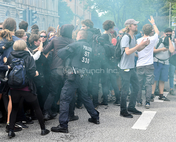 Protestors and police scuffle during demonstrations against the G20 summit in Hamburg, Germany, 6 July 2017. The heads of the governments of the G20 group of countries are meeting in Hamburg on the 7-8 July 2017 Photo: Boris Roessler/dpa /MediaPunch ***FOR USA ONLY***