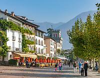 Switzerland, Ticino, Ascona at Lago Maggiore: cafes and restaurants at the seaside promenade Piazza Giuseppe Motta | Schweiz, Tessin, Ascona am Lago Maggiore: auf der Promenade Piazza Giuseppe Motta reihen sich Cafes und Restaurants aneinander