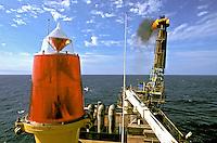 Navio plataforma de petróleo na bacia de Campos, Rio de Janeiro. 2002. Foto de Ricardo Azoury.
