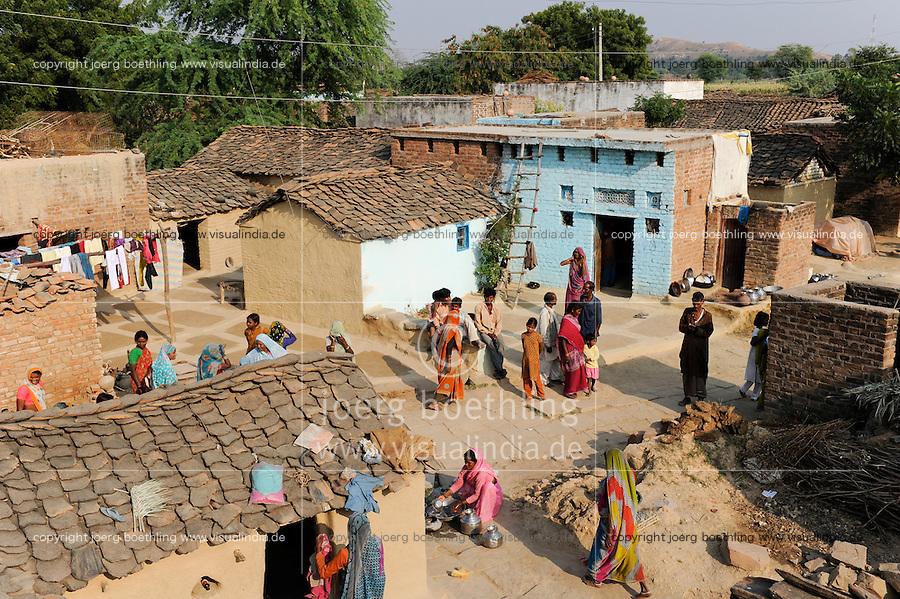 INDIEN Uttar Pradesh, Frauen unterer Kasten und Kastenlose Frauen in Doerfern in Bundelkhand / INDIA Uttar Pradesh low caste and dalit women in villages in Bundelkhand