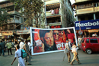 INDIA Mumbai Bombay, studio Ellora Arts is painting large cinema wall posters as advertise of Bollywood movies at cinema, Grant Road, transport to cinema / INDIEN Mumbai Bombay, Atelier Ellora Arts malt grosse Kinoplakate fuer Bollywood Filme, Lieferung zum Kino