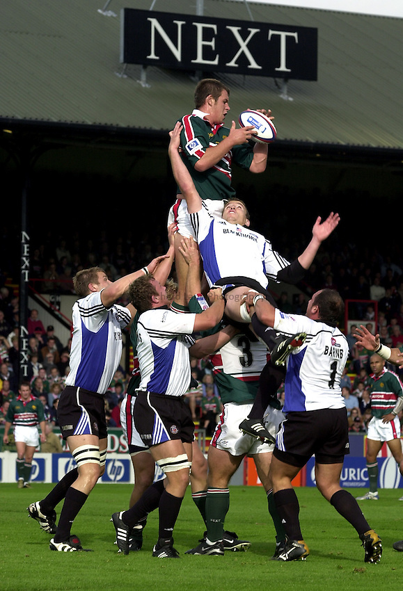 Photo. Richard Lane. .Leicester Tigers v Bath Rugby. Zurich Premiership. 05/10/2002.Louis Deacon wins a lineout.