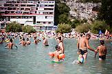 Strandszene in Neum, BIH. Viele Touristen aus Osteuropa verbringen ihren Adriaurlaub in der kleinen Stadt, die den einzigen Zugang Bosniens zur Adria markiert. Günstige Preise und die Nähe zu Split und Mostar in Kroatien, sowie Mostar in Bosnien, machen den kleinen Ort zu einem beliebten Touristenort. / A scene in Neum, BIH. Many tourists from eastern european countries choose the small town of Neum as their summer vacation destination. Cheap Prices and the close distance to Dubrovnik and Split in Croatia and to Mostar, Bosnia make the small citiy of Neum to a good choice to spend the summer.