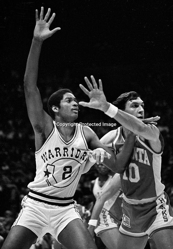 Golden State Warriors Joe Barry Carroll and Atlanta Hawks Steve Hawes./(1981 photo/Ron Riesterer)