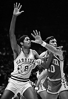 Golden State Warriors Joe Barry Carroll and Atlanta Hawks Steve Hawes./(1981 photo/Ron Riesterer)