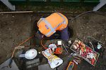 ZEIST - Medewerker van technische dienstverlener Imtech gekleed in bedrijfskleding met logo met bedrijfsnaam, in een bouwputje bezig met electriciteitsdraden montage voor nieuwe verlichting.COPYRIGHT TON BORSBOOM