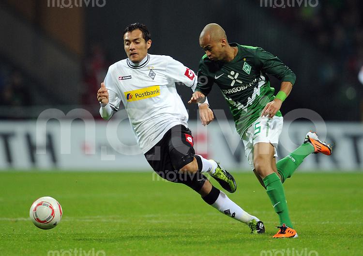 FUSSBALL   1. BUNDESLIGA   SAISON 2010/2010   26. Spieltag SV Werder Bremen - Borussia Moenchengladbach    12.03.2011 Juan ARANGO (li, Moenchengladbach) gegen WESLEY (re, Bremen)