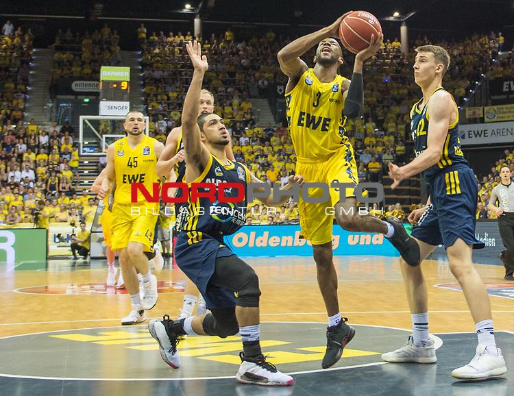 """02.06.2019, EWE Arena, Oldenburg, GER, easy Credit-BBL, Playoffs, HF Spiel 1, EWE Baskets Oldenburg vs ALBA Berlin, im Bild<br /> William""""Will"""" CUMMINGS (EWE Baskets Oldenburg #3 ) Peyton SIVA (ALBA Berlin #3 ) Franz WAGNER (ALBA Berlin #22 )<br /> <br /> Foto © nordphoto / Rojahn"""