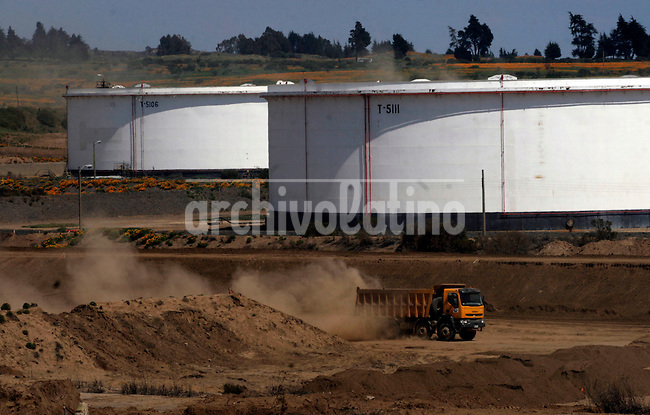 Builidng a liquid gas plant in Quintero, an initiative to uncrompress gas brought by ships and create a different suply of energy, one of the weakest point of Chile economy, that has little or none own energy resources.