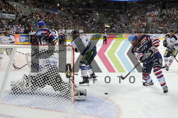 Mannheims Frank Mauer (Nr.28) gegen Straubings Jason Bacasihiua (Nr.33)  beim Spiel in der DEL, Adler Mannheim - Straubing Tigers.<br /> <br /> Foto &copy; Ice-Hockey-Picture-24 *** Foto ist honorarpflichtig! *** Auf Anfrage in hoeherer Qualitaet/Aufloesung. Belegexemplar erbeten. Veroeffentlichung ausschliesslich fuer journalistisch-publizistische Zwecke. For editorial use only.