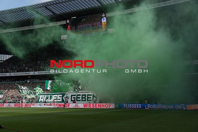 16.04.2016, Weser Stadion, Bremen, GER, 1.FBL. Werder Bremen vs VFL Wolfsburg, im Bild<br /> <br /> greenwhitewonderwallOstkurvew<br /> Begalos<br /> Feuerwerk<br /> <br /> Foto &copy; nordphoto / Kokenge