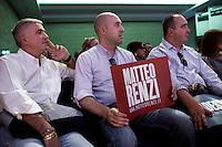Lecco: sostenitori del PD ascoltano Matteo Renzi durante il suo discorso a Bergamo per la sua campagna elettorale per le primarie del PD.