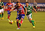 Deportivo Cali y Deportivo Pasto empataron a 0 goles en la novena jornada del Torneo Clausura Colombiano 2013 / Juan Pérez (l) evacuando un balón ante la marca de Sergio Romero (d)
