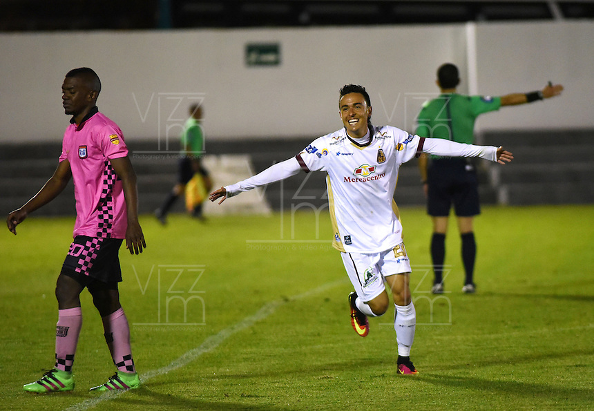 TUNJA - COLOMBIA -30-07-2016: Santiago Montoya jugador de Deportes Tolima, celebra el gol anotado a Boyaca Chico FC, durante partido Boyaca Chico FC y Jaguares FC, de la fecha 6 de la Liga Aguila II-2016, jugado en el estadio La Independencia de la ciudad de Tunja. / Santiago Montoya player of Deportes Tolima, celebrates a goal scored to Boyaca Chico FC during a match Boyaca Chico FC and Deportes Tolima, for the date 6 of the Liga Aguila II-2016 at the La Independencia  stadium in Tunja city, Photo: VizzorImage  / Cesar Melgarejo / Cont.