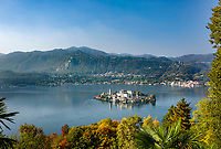 Italy, Piedmont, Orta San Giulio: Lake Orta with island Isola San Giulio with abbey Mater Ecclesiae and Basilica San Giulio | Italien, Piemont, Orta San Giulio: mitten im Ortasee liegt die Isola San Giulio mit der Abtei Mater Ecclesiae und der Basilika San Giulio