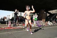 SAO PAULO, SP, 13.09.2013 -  COTIDIANO AV PAULISTA - Dupla de rapazes e garota são vistos dançando e praticando corrida apenas de biquine e sunga na Av Paulista região central de São Paulo neste sábado (13). (Foto: Marcelo Brammer / Brazil Photo Press).