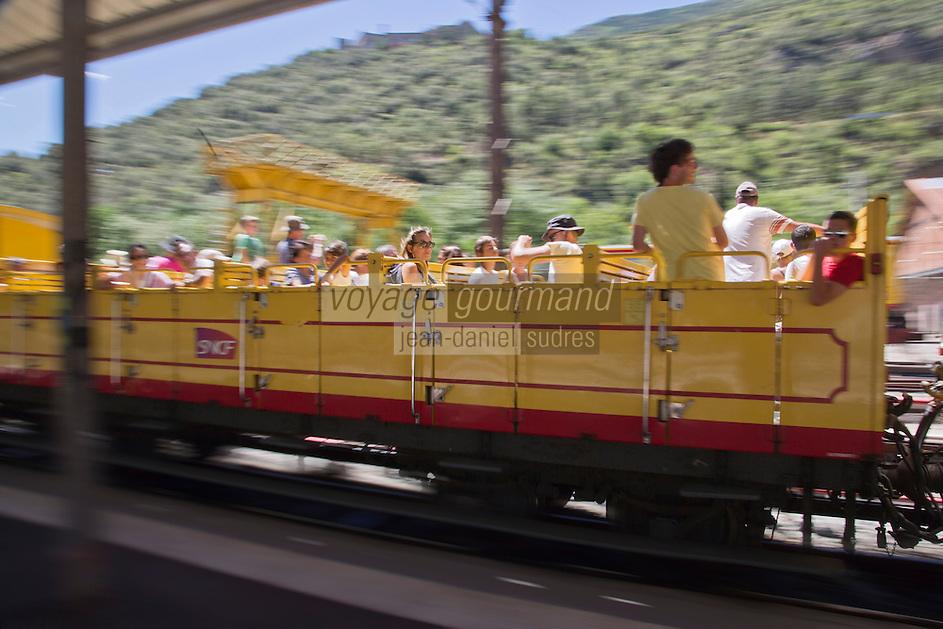 Europe/France/Languedoc-Roussillon/66/Pyrénées-Orientales/Conflent/Villefranche-de-Conflent: Le Train jaune de Cerdagne arrive en gare -  Voiture  panoramique  découverte