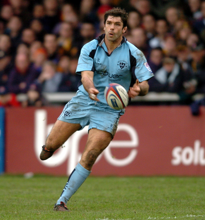 Photo. Henry Browne..Gloucester v Worcester. Zurich  Premiership. 29/01/2005..Pat Sanderson passes the ball..