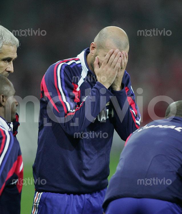 Fussball International WM Qualifikation Schweiz 1-1 Frankreich Zinedine Zidane (FRA) enttaeuscht mit Haenden vor dem Gesicht