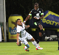 BOGOTA - COLOMBIA - 2-10-2015: Wason Renteria jugador de La Equidad disputa el balon con   Harrison Henao del Once Caldas durante partido  por la fecha 15 de la Liga Aguila II 2015 jugado en el estadio Metropolitano de Techo. /Wason Renteria  player of La Equidad  fights the ball against Harrison Henao of Once Caldas  during a match for the fifteen date of the Liga Aguila II 2015 played at Metroplitano de Techo  stadium in Bogota city. Photo: VizzorImage / Felipe Caicedo / Staff.