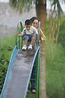 El columpio y la resbaladilla son los juegos que mas gustan los visitantes al parque<br /> Aprovechando el deceso de las altas temperaturas muchos padres de familias llevaron  a sus hijos de paseo por el parque Madero