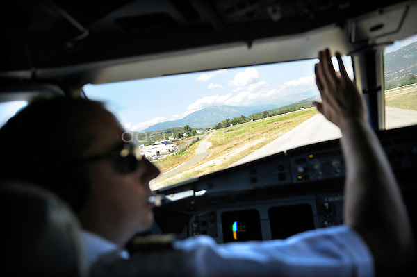 copyright : magali corouge / Documentography.10/06/09.Me?tier : Pilote..Laurent Guerini faisant de la main a un personnel au sol avant le decollage.